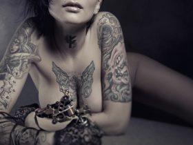 女性のタトゥー画像